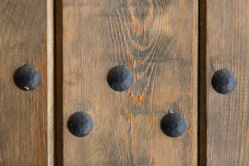 5 металлических болтов на старой деревянной двери стоковое изображение