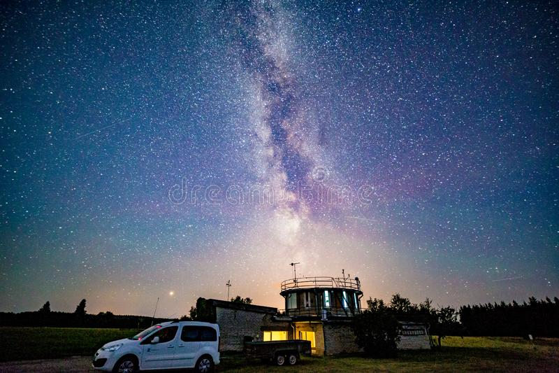 Метеорологическая станция с галактикой млечного пути стоковое изображение rf