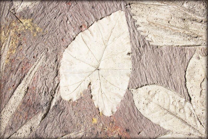 Метки лист на конкретной мостоваой стоковая фотография