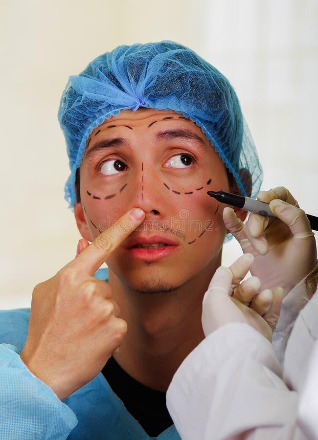 Метки чертежа хирурга на мужской стороне изолированная принципиальной схемой белизна пластической хирургии стоковая фотография