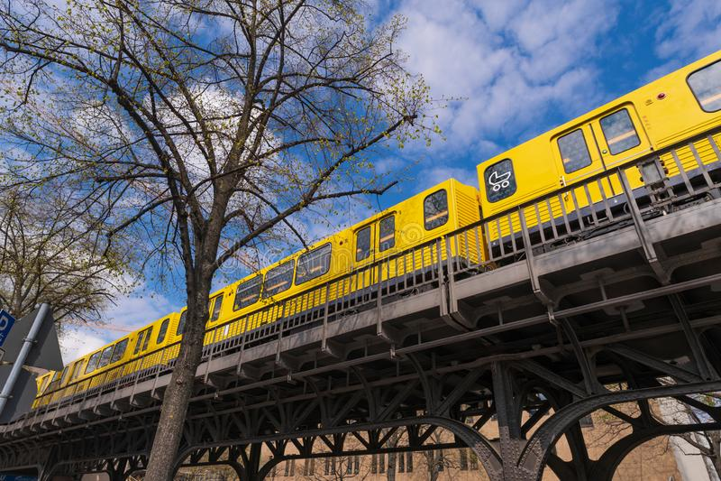 Метро Берлина на мосте стоковые изображения