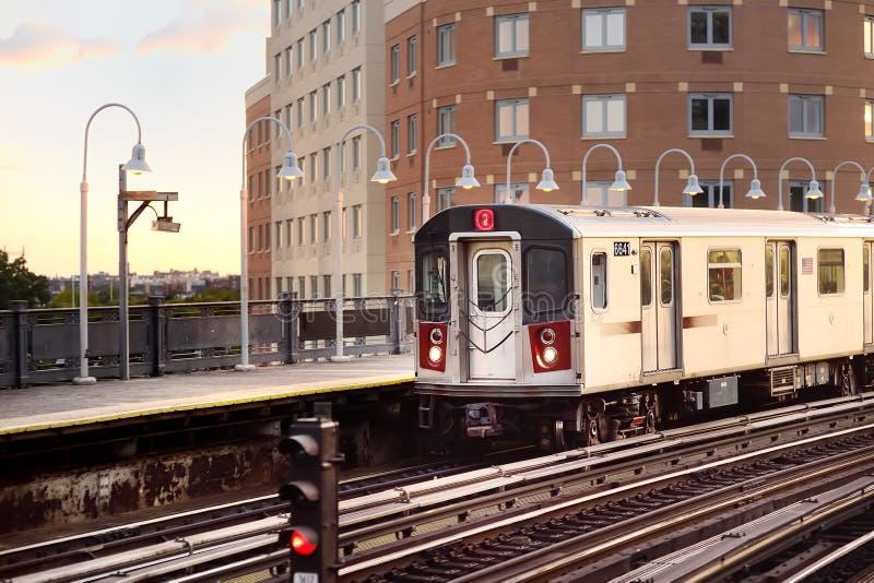 Метро Нью-Йорка приезжает на станцию стоковые изображения