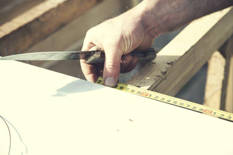 Метры руки человека с ножом стоковое изображение