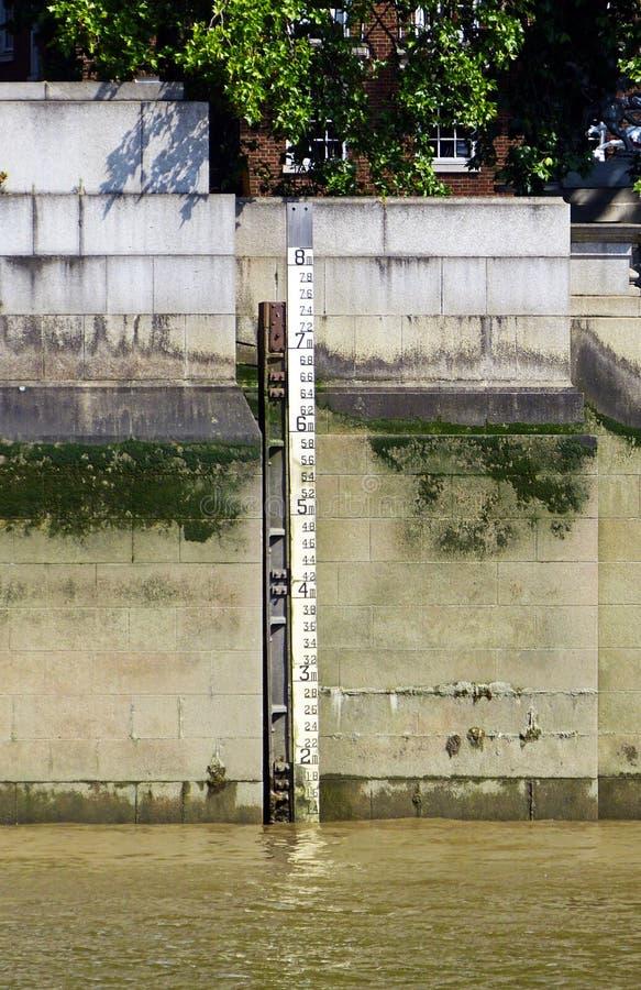 Метр глубины уровня воды в реке Темза, Лондоне, Англии, Великобритании стоковые фотографии rf