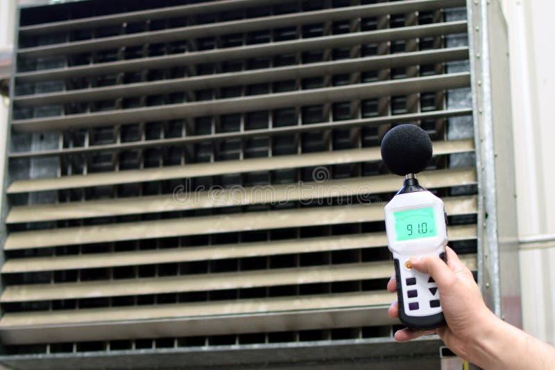 Метр уровня звука измеряя шум промышленного вентиляционного устройства стоковые фотографии rf