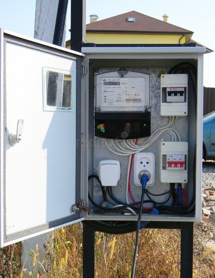 Метр электричества внешний Экстерьер инструмента измерения электрического счетчика ваттчаса дома стоковое изображение rf