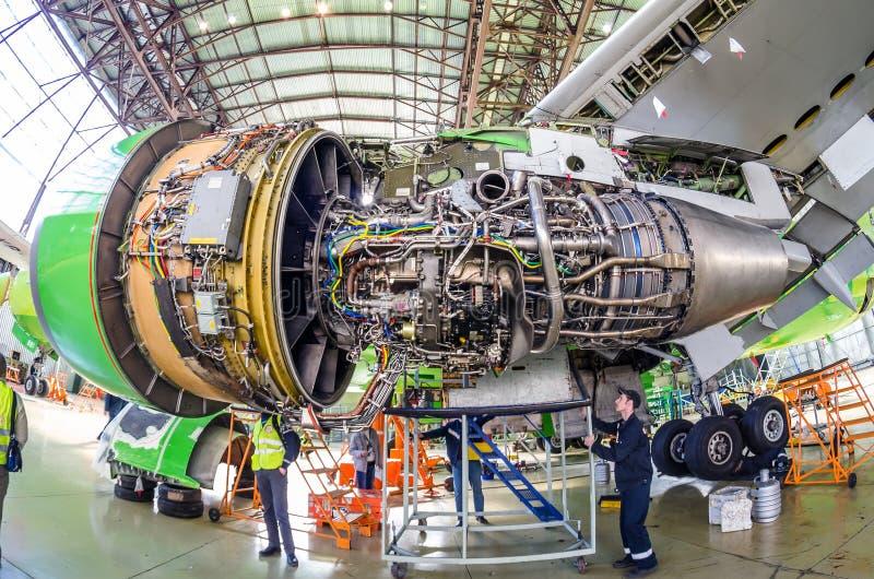 Механизмы воздушных судн и двигателя на крыле Авиакомпании S7, авиапорт Tolmachevo, Россия Новосибирск 12-ое апреля 2014 Боинга 7 стоковая фотография rf