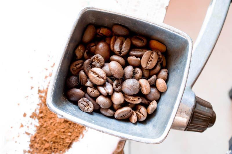 Механизм настройки радиопеленгатора с зернами кофе стоковые изображения rf
