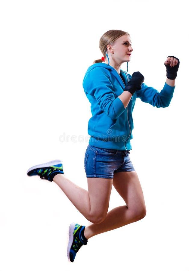 Механизм прерывного действия: скача девушка высокого бокса белокурая стоковое фото