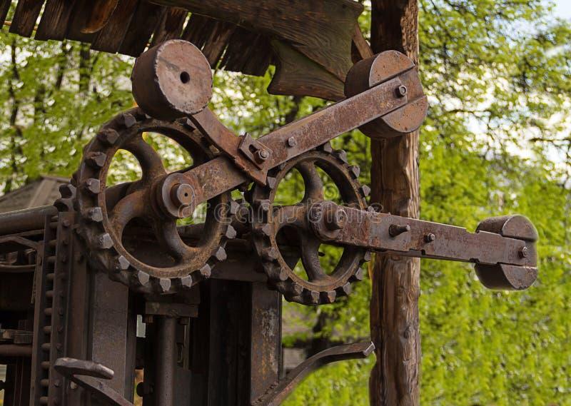 Механизм шестерни промышленной предпосылки ржавый старый большой toothed стоковое изображение rf