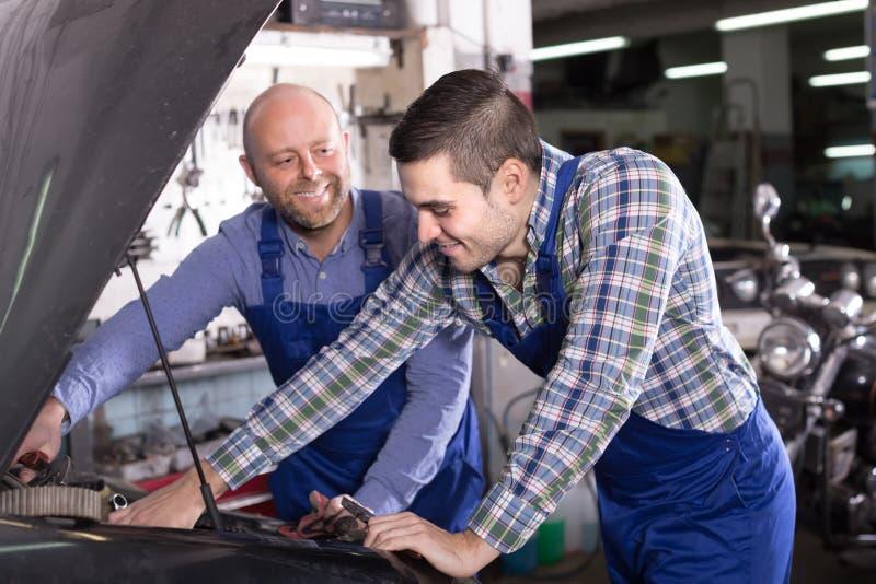 2 механика автомобиля на мастерской стоковые изображения rf