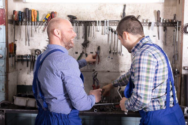 Механики работая на мастерской стоковые изображения rf