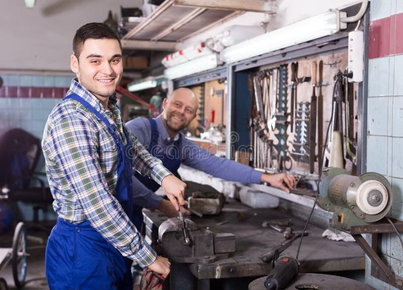 Механики работая на мастерской стоковое изображение rf