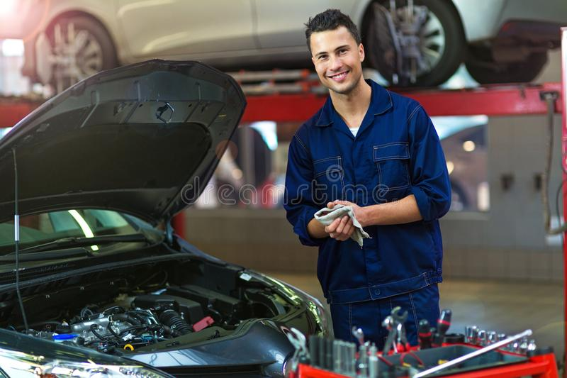 Механик автомобиля в ремонтной мастерской ремонта автомобилей стоковые изображения rf