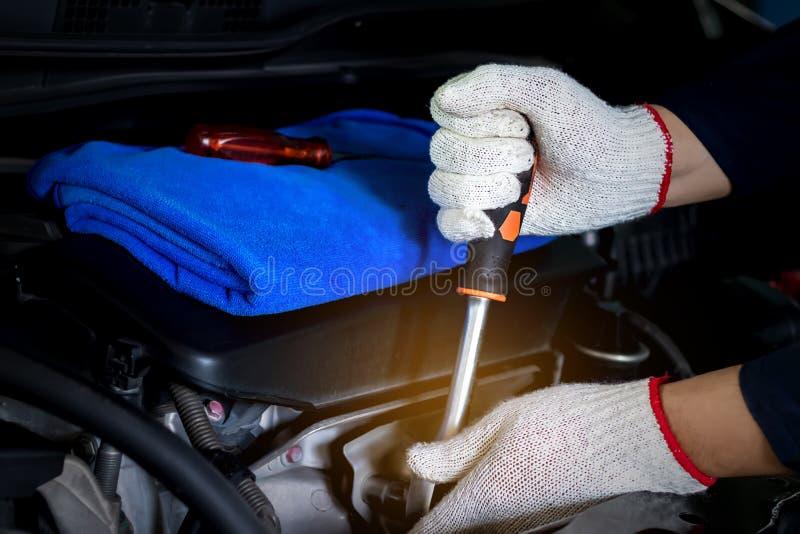 Механик автомобиля использует ключ стоковое фото