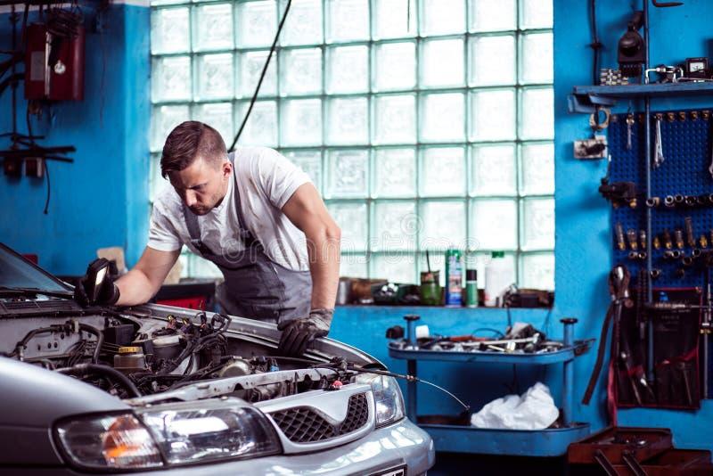 Механик автомобиля на работе стоковое изображение