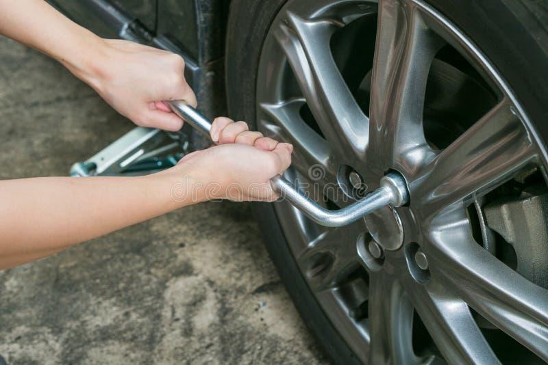 Download Механик вручает изменять при инструмент ремонтируя автошину Стоковое Фото - изображение насчитывающей автошины, инструменты: 81812194