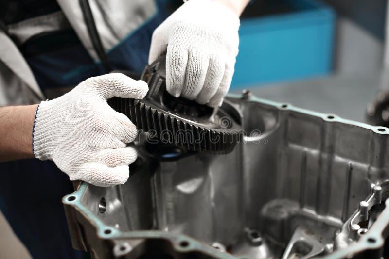 Механик гаража мастерской автомобильного ремонта ремонта коробки передач автомобиля стоковое изображение rf