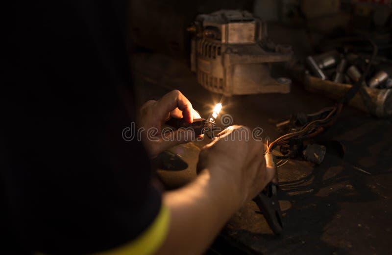Механик или электрик испытывая свет стоковая фотография rf