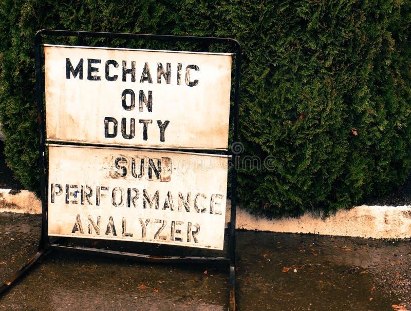 Механик маленького города на знаке обязанности на тротуаре стоковое изображение rf