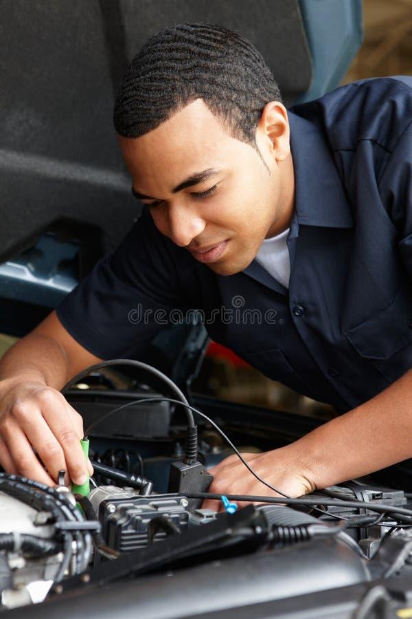 Механик на работе стоковые фото