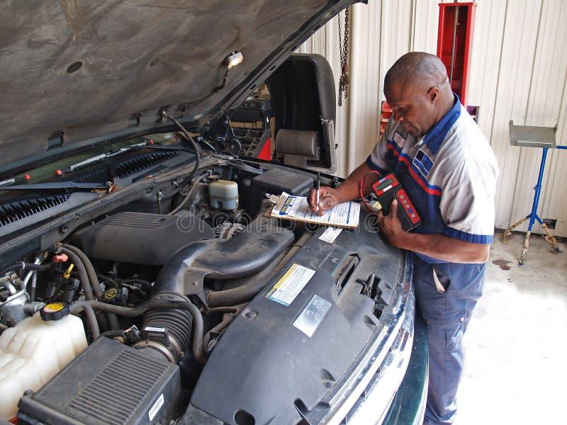 механик осмотра выполняя по заведенному порядку обслуживание стоковые изображения rf