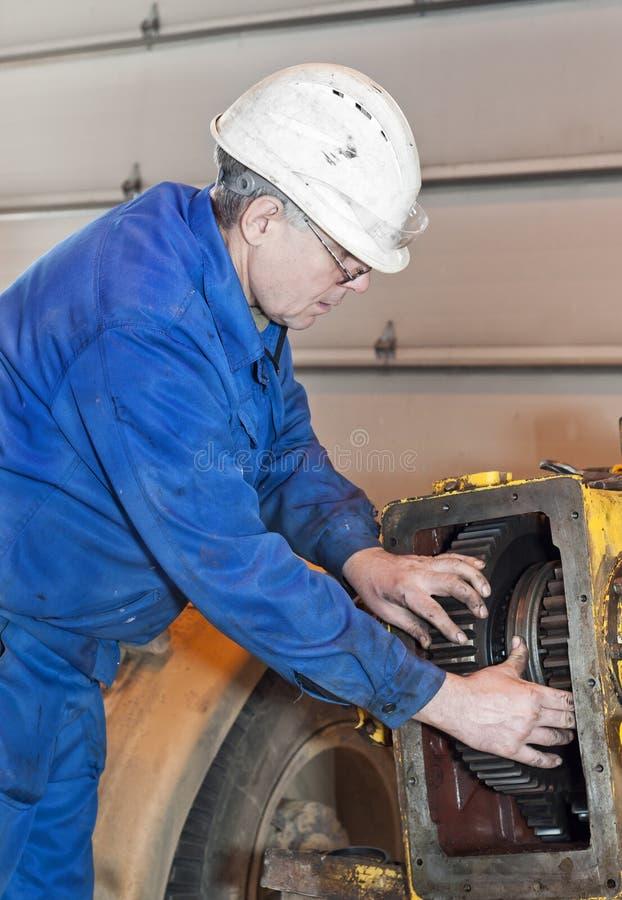 Механик служит механизмы стоковое изображение