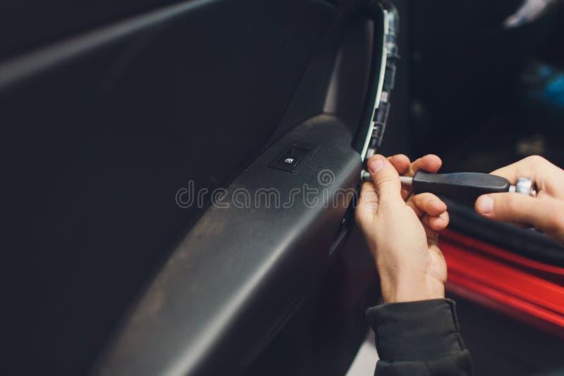 Механик устанавливая мотор замка автомобиля центральный стоковое изображение