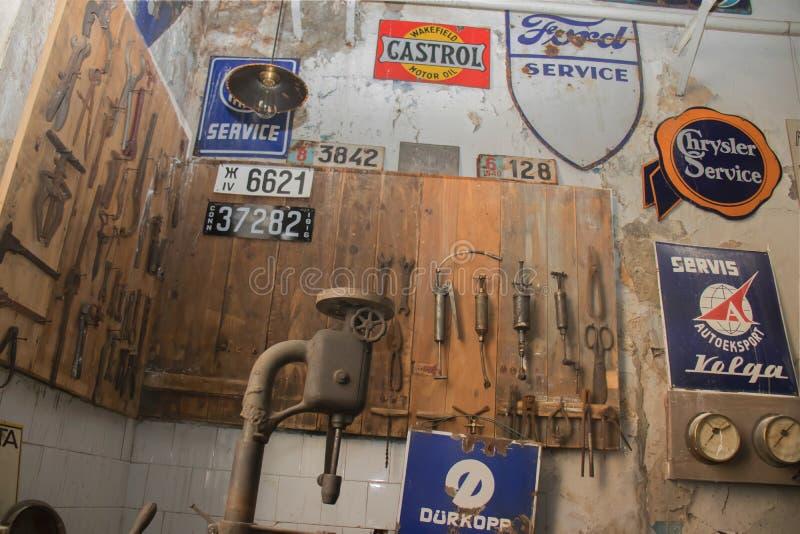 Механическая мастерская и старые ржавые инструменты на борту, Белград Сербия стоковые изображения