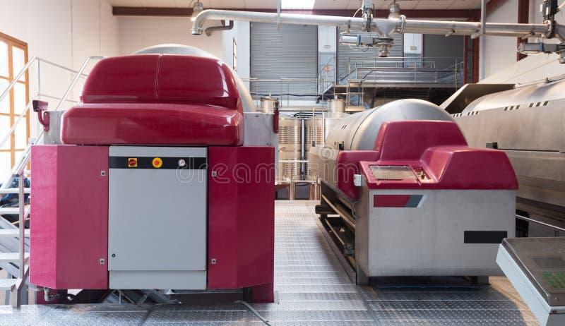 Механическая мастерская отжимая на заводе вина стоковая фотография
