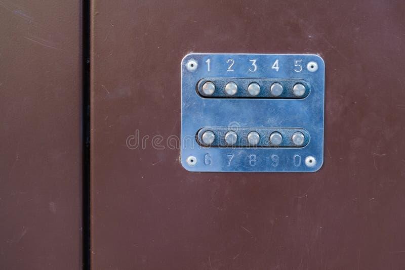 Механический замок комбинации на двери утюга, дверь металла стоковая фотография