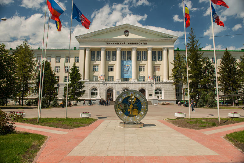 Механически вахта перед университетом в Rostov On Don стоковая фотография