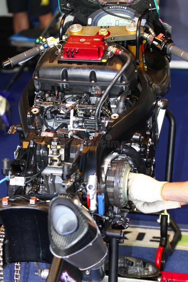 Механически работа на Superbike WSBK Fixi серповидном Suzuki команды Suzuki GSX-R1000 стоковые изображения rf