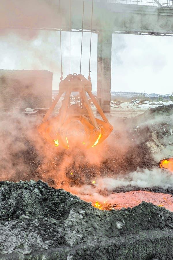 Механически раковина multivalve сражается для транспорта накаленных докрасна частей утюга от melt Тяжелая индустрия Metallyrgical стоковая фотография