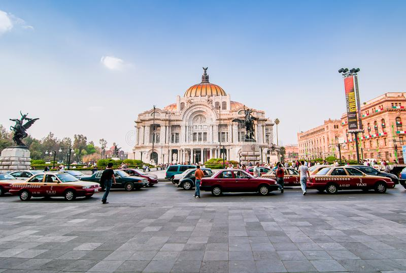 Мехико, Мексика - 29-ое ноября 2010 Известное здание Palacio Bellas Artes, дворца искусства стоковые изображения