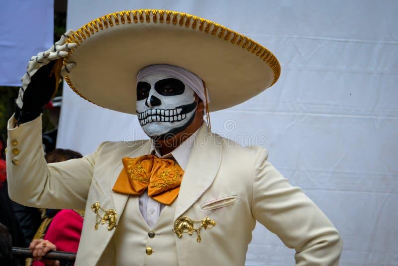 Мехико, Мексика; 1-ое ноября 2015: Портрет мексиканского mariachi charro в маскировке на дне мертвого торжества во мне стоковая фотография