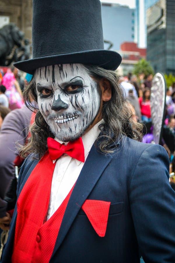 Мехико, Мексика; 26-ое октября 2016: Портрет человека в маскировке на дне мертвого парада в Мехико стоковое изображение rf