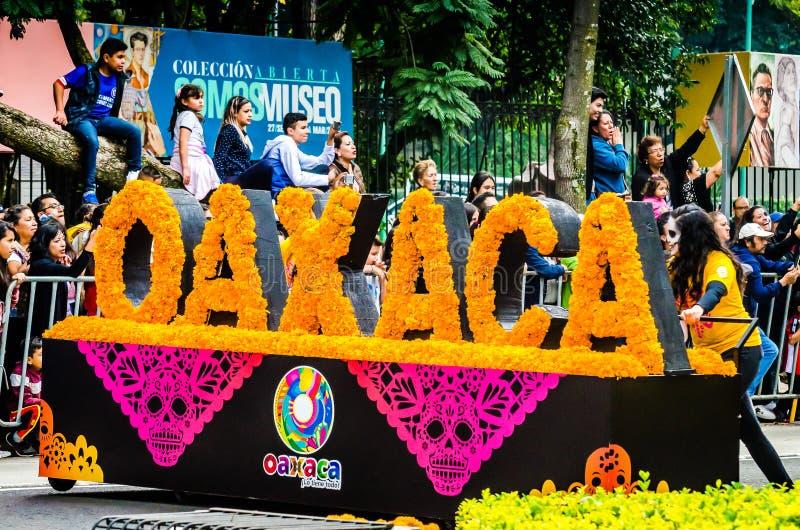 Мехико, Мексика - 27 октября 2018 г. Празднование парада 'День мертвых', Dia de los Muertos desfile - вагон Oaxaca стоковые фото