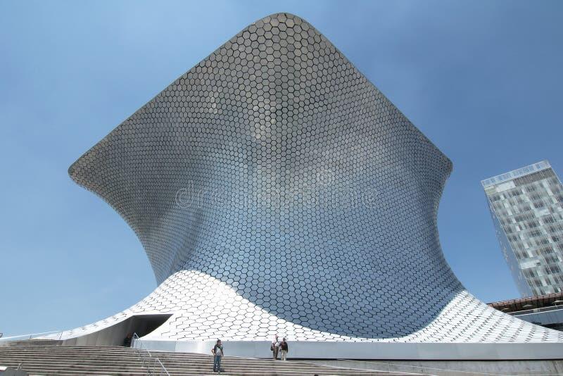 МЕХИКО, МЕКСИКА - 2011: Экстерьер музея Soumaya Museo Soumaya, конструированное мексиканским архитектором Фернандо Romero i стоковые фотографии rf