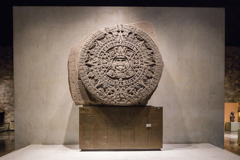 МЕХИКО - 1-ОЕ АВГУСТА 2016: Ацтекский календарь внутри интерьер Национального музея антропологии в Мехико стоковая фотография rf