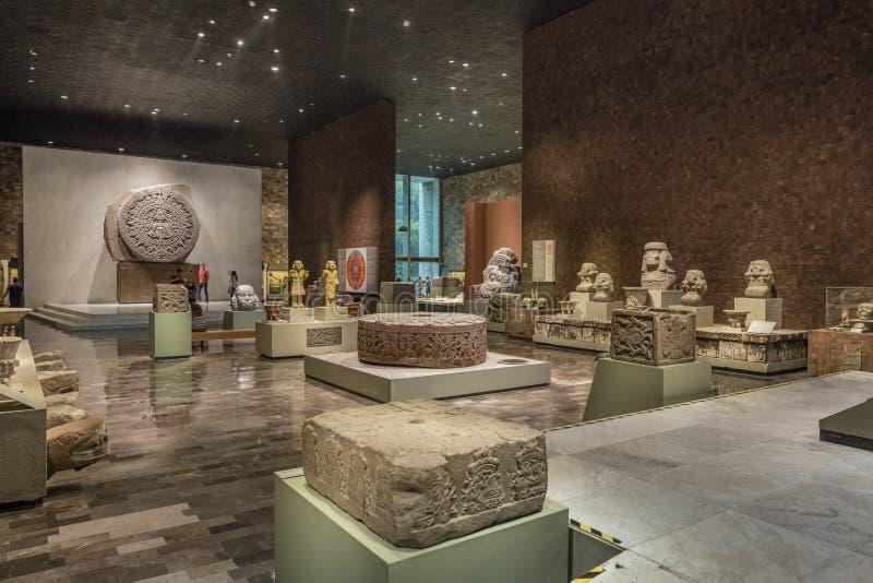 МЕХИКО - 1-ОЕ АВГУСТА 2016: Интерьер Национального музея антропологии в Мехико стоковые изображения
