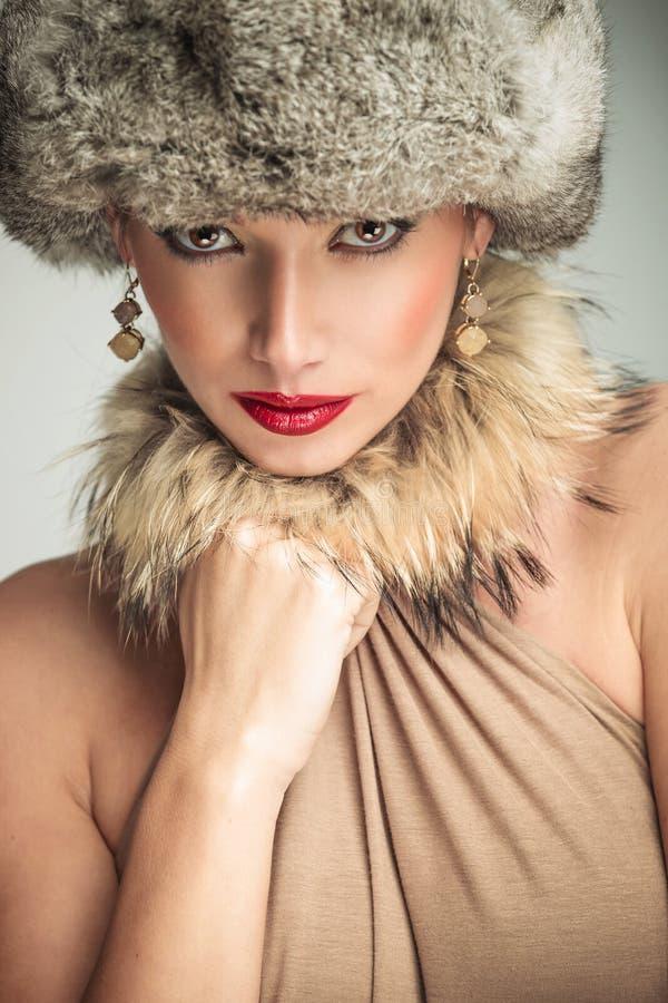 меховая шапка женщины красоты очарования нося стоковые фото