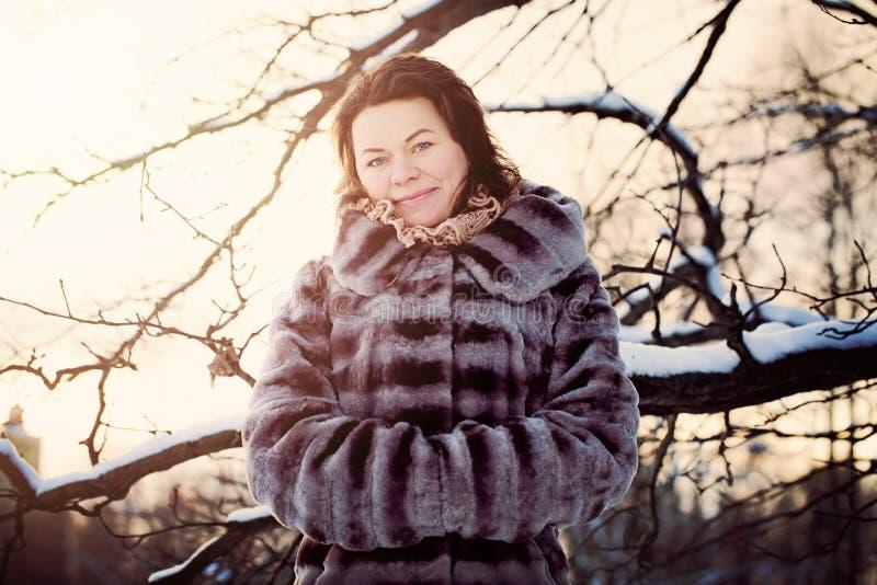 Меховая шыба зимы зрелой женщины нося стоковые фото