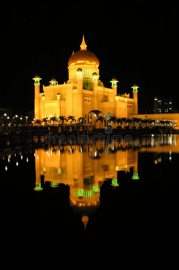 Мечеть Брунея на ноче с отражением стоковая фотография