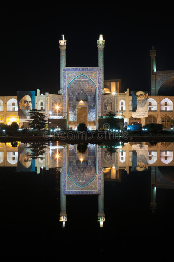 Мечеть имама отразила в бассейне к ноча, Isfahan, Иране стоковое фото