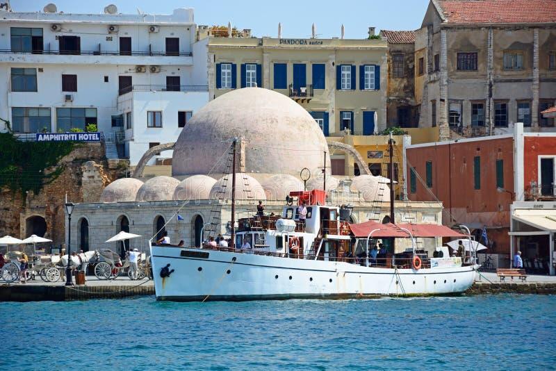 Мечеть и шлюпки в гавани, Chania стоковые изображения rf