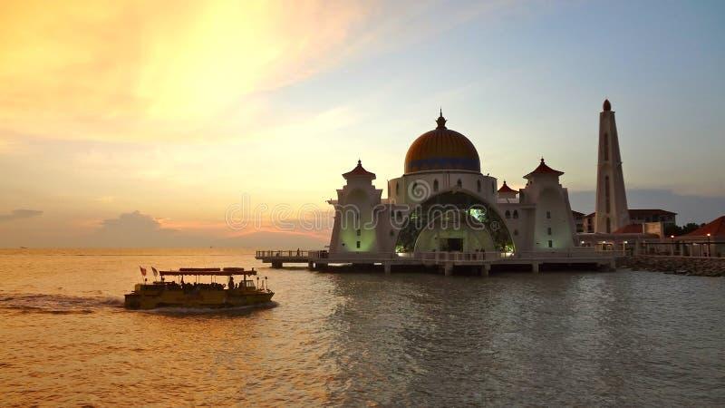 Мечеть проливов Малаккы во время захода солнца стоковые фото