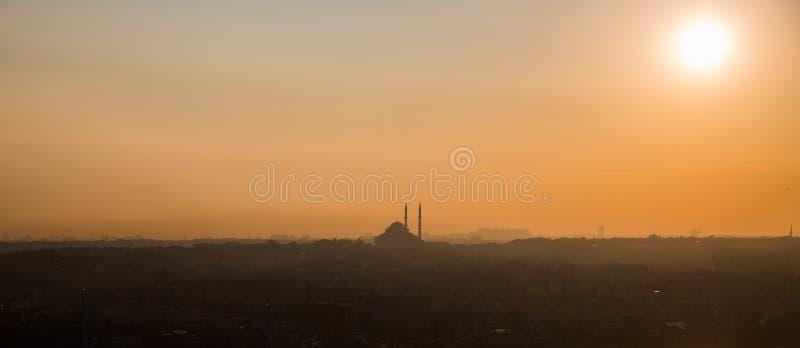 Мечеть Стамбула на заходе солнца, сверхконтрастном профиле стоковая фотография rf