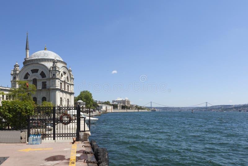 Мечеть Bosphorus и Dolmabahçe Стамбул индюк стоковые фото
