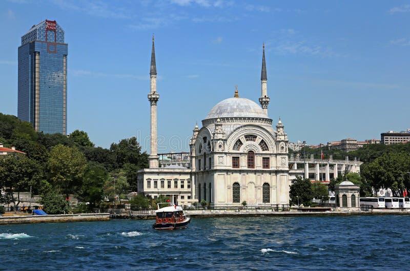 Мечеть Dolmabahçe от Bosphorus стоковое изображение